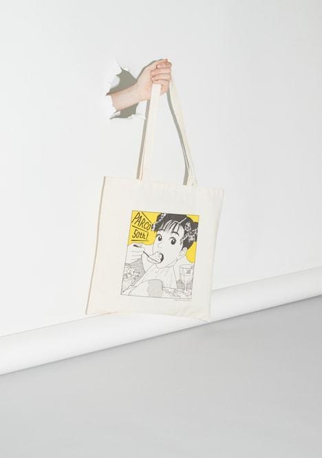 江口寿史の描き下ろしイラストをあしらったバッグ。