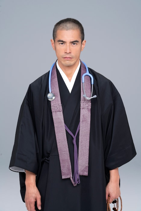松本照円に扮した伊藤英明。