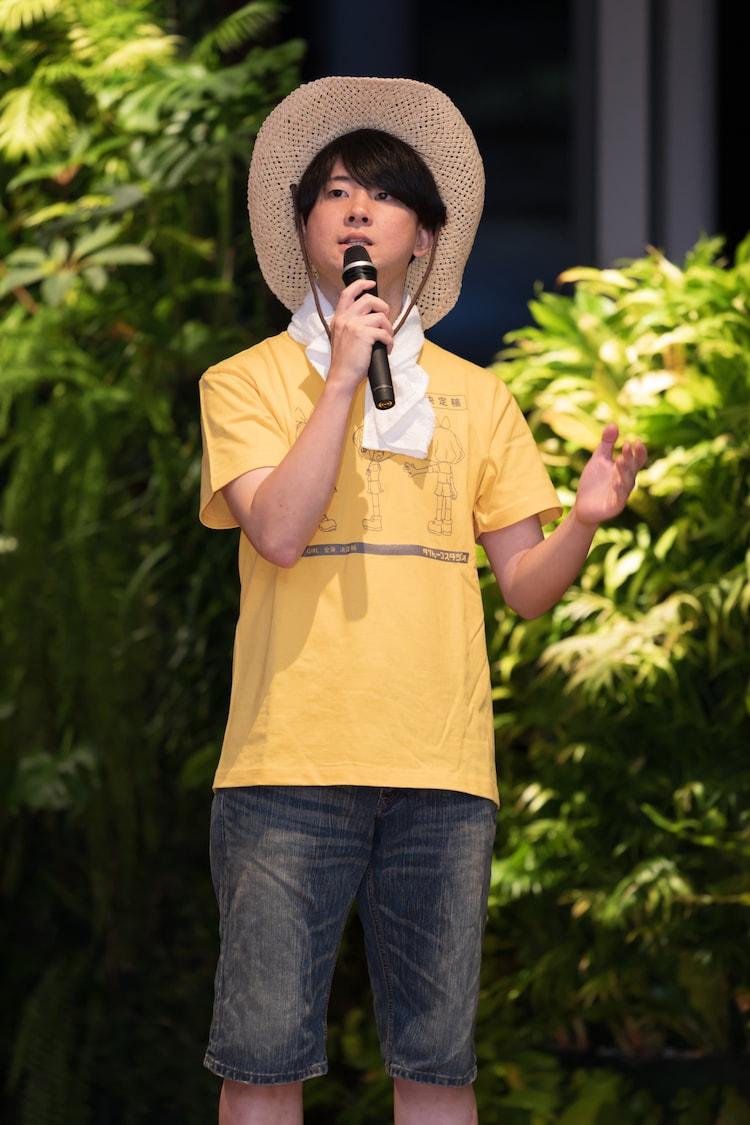 麦わら帽子、Tシャツ、短パンという潮干狩りスタイルで登壇した青木泰寛プロデューサー。