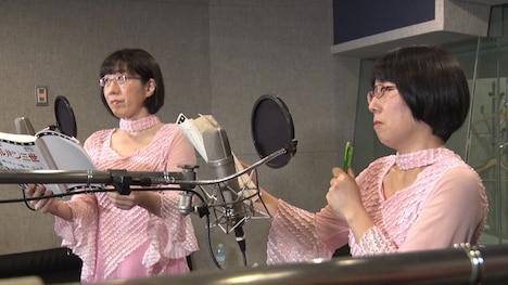 アフレコ中の阿佐ヶ谷姉妹。(c)NTV