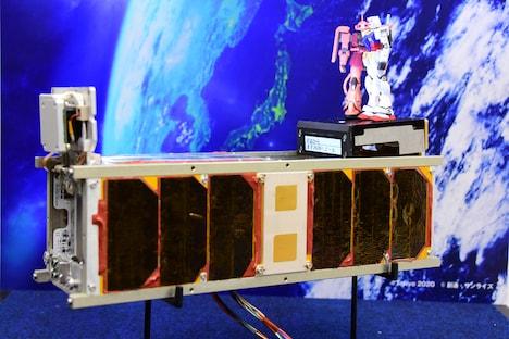 超小型衛星・G-SATELLITEとガンプラのレプリカ。