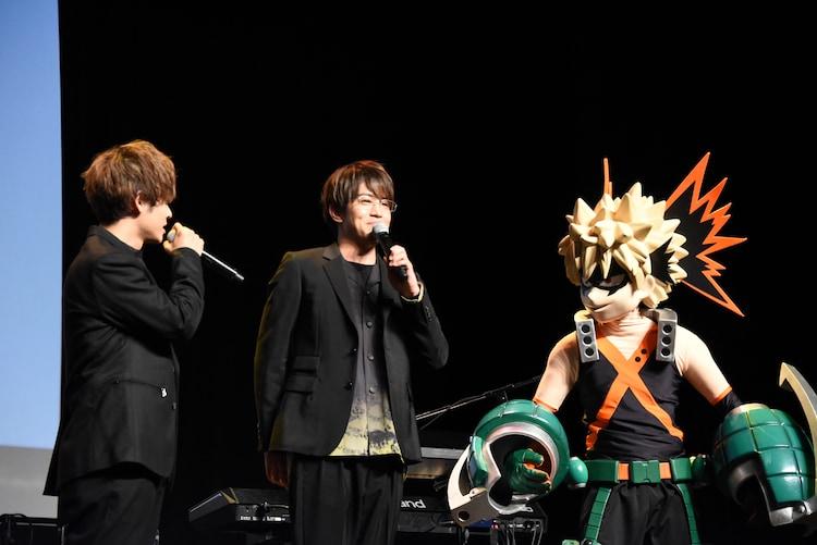 左から岡本信彦、石川界人、爆豪の着ぐるみ。