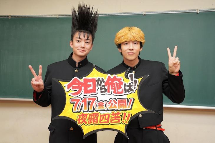 左から伊藤真司役の伊藤健太郎、三橋貴志役の賀来賢人。