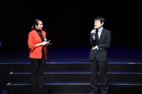 「TSUBURAYA CONVENTION 2019」のオープニングセレモニーの様子。右が雨宮哲監督。