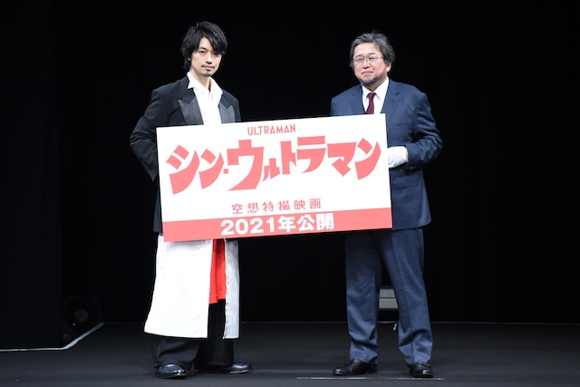 「TSUBURAYA CONVENTION 2019」オープニングセレモニーにて、左から斎藤工、樋口真嗣監督。