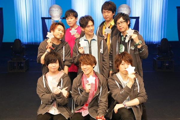 キャストの集合写真。下段左から斉藤壮馬、小野賢章、羽多野渉。中段左から代永翼、KENN、白井悠介。上段左から保志総一朗、立花慎之介。