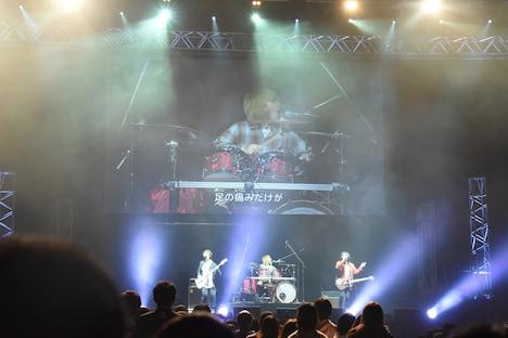 「Dr.STONE」ステージイベントより、BURNOUT SYNDROMESによるライブパフォーマンスの様子。