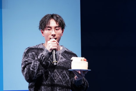 ケーキを手にした鈴木崚汰。