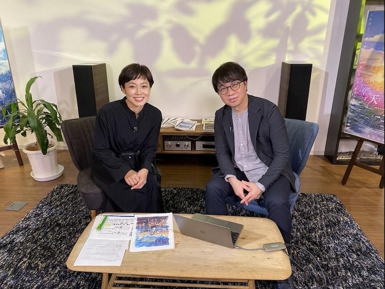 左から有働由美子、新海誠監督。