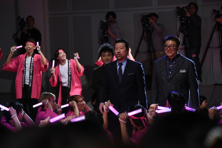中央左からムロツヨシ、佐藤二朗、福田雄一監督。