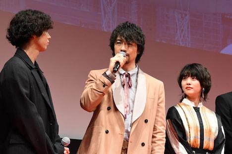 左から賀来賢人、斎藤工、高畑充希。