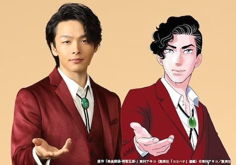 中村倫也扮する明智五郎(左)と原作の明智五郎のイラスト(右)。