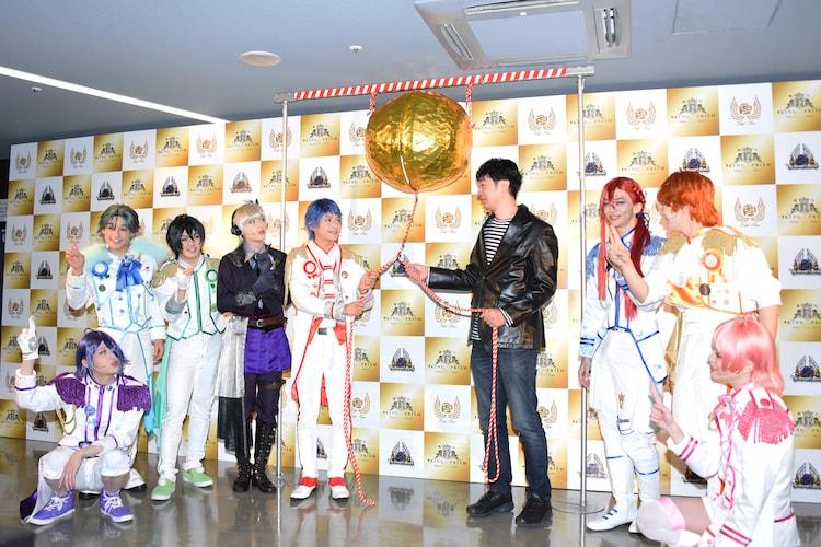 舞台「KING OF PRISM -Shiny Rose Stars-」囲み取材にて、くす玉を割るまでカウントダウンをする一同。