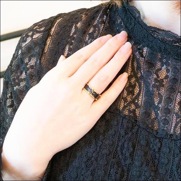 TVアニメ「ありふれた職業で世界最強」に登場する「宝物庫」をモチーフにしたリングの着用例。