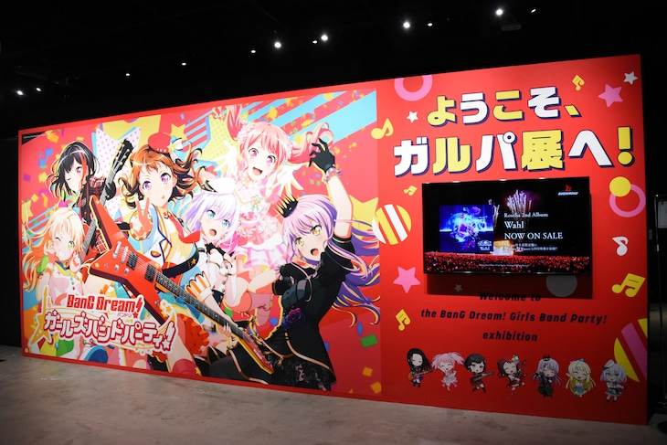 「バンドリ!&スタァライト展 in Gallery AaMo」エントランス展示の様子。