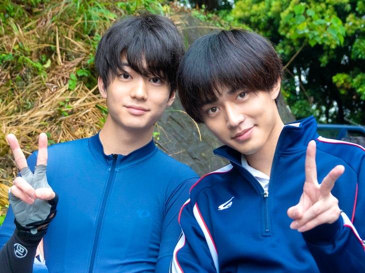 伊藤健太郎(左)と永瀬廉(右)のオフショット写真。