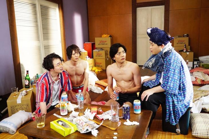 映画「ぐらんぶる」より、悠希演じる野島元(左端)、悠馬演じる山本真一郎(右端)。