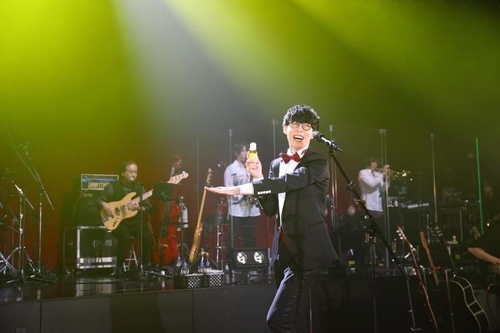 キンカンを手に「キンカンのうた2020」を歌うオーイシマサヨシ。