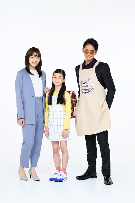"TVドラマ「極主夫道」の""家族写真""。中央が白鳥玉季演じる龍と美久の娘・向日葵。"