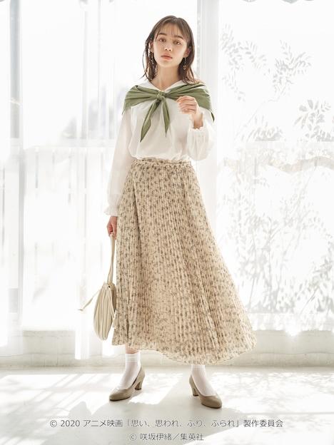 「スカーフ付き セーラーカラーブラウス」「きらめき ビーズ イヤリング」の着用イメージ。