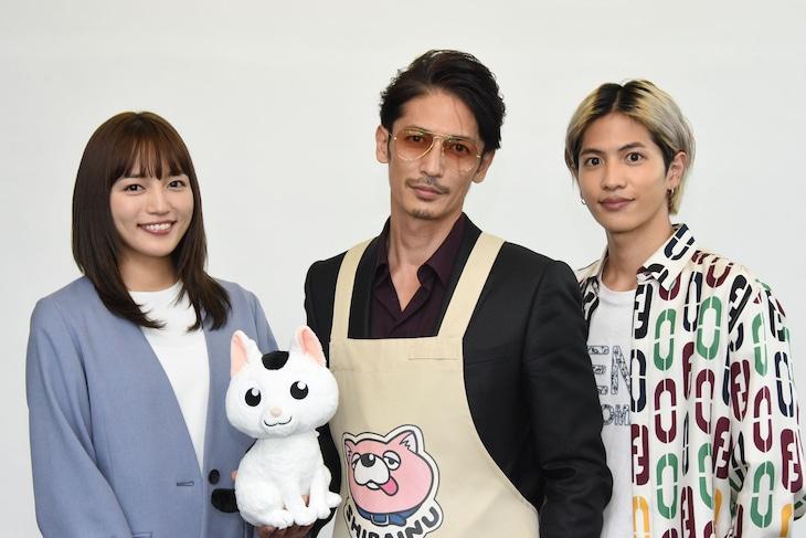 TVドラマ「極主夫道」合同取材会より。左から川口春奈、猫の銀のぬいぐるみ、玉木宏、志尊淳。