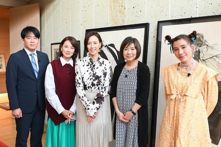 左からTBSアナウンサーの安住紳一郎、吉田羊、木村佳乃、柴門ふみ、仲里依紗。(c)TBS