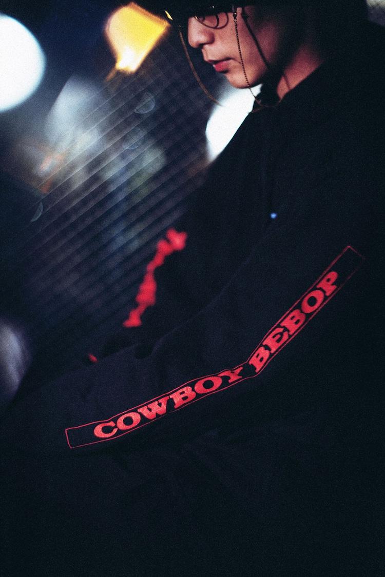 「BAIT x Cowboy Bebop Men Space Cowboy Hoody」の着用イメージ。