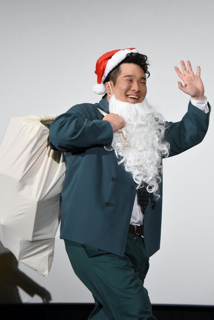 サンタの格好をした岡崎体育。
