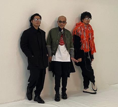 左から山田孝之、竹中直人、齊藤工。山田と齊藤は「ヴィレゾッキサングラス」を着用している。