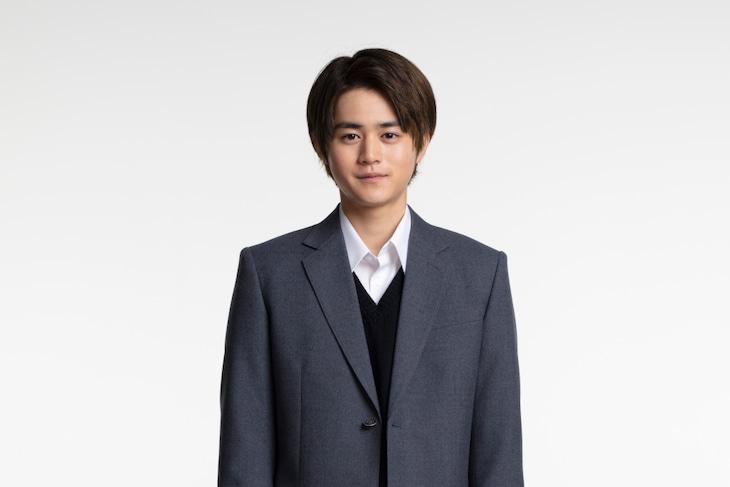 藤井遼役の鈴鹿央士。