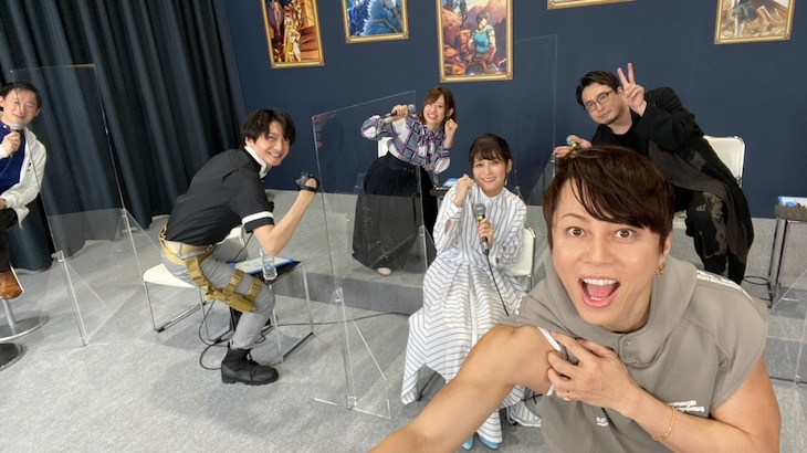 「Fate/Grand Order -神聖円卓領域キャメロット-」特別番組のステージで撮影した写真。左から司会、島崎信長、高橋李依、川澄綾子、西川貴教、安元洋貴。