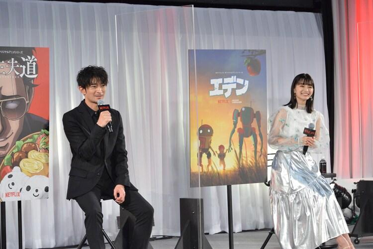 左から津田健次郎、高野麻里佳。