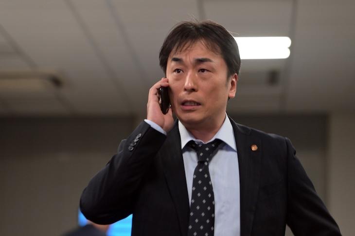 ドラマ「桜の塔」より、関智一演じる警視庁刑事部捜査一課課長・牧園隆文。