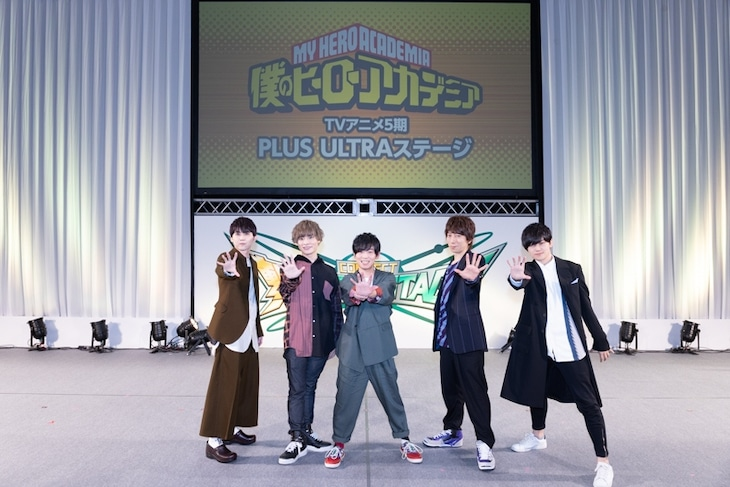TVアニメ「僕のヒーローアカデミア」第5期のステージイベントより。左から梶裕貴、岡本信彦、山下大輝、羽多野渉、天崎滉平。
