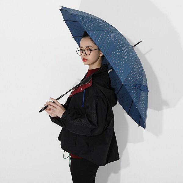 冨岡義勇モデルのアウターと傘の使用イメージ。