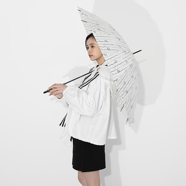 伊黒小芭内モデルのアウターと傘の使用イメージ。