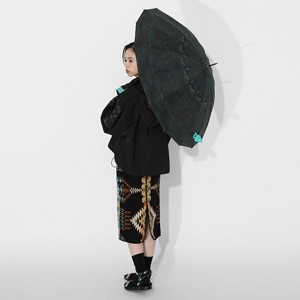 竈門炭治郎モデルのアウターと傘の使用イメージ。