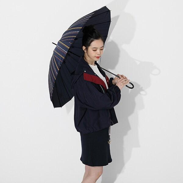 宇髄天元モデルのアウターと傘の使用イメージ。