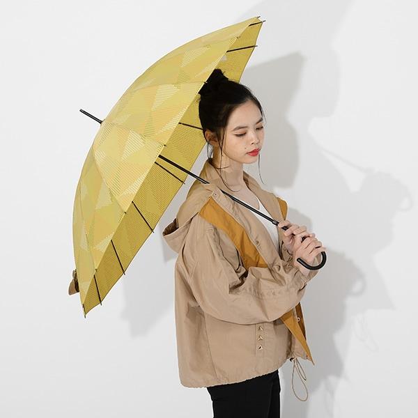 我妻善逸モデルのアウターと傘の使用イメージ。