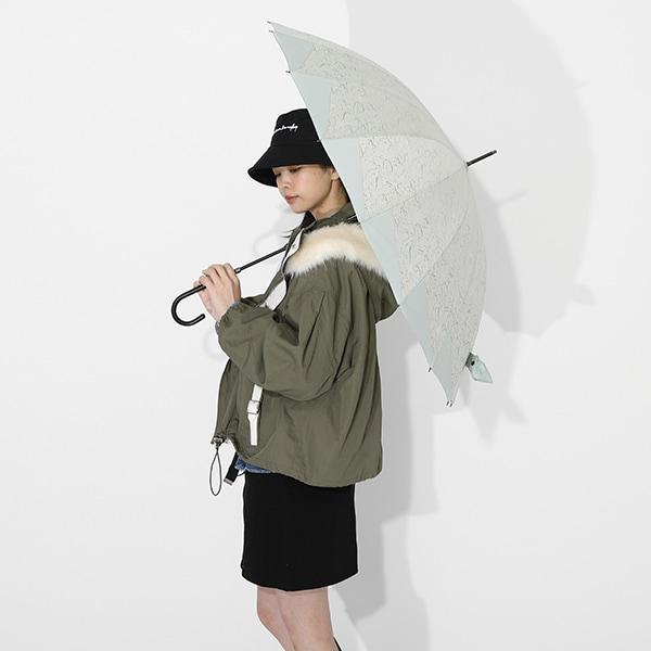 不死川実弥モデルのアウターと傘の使用イメージ。