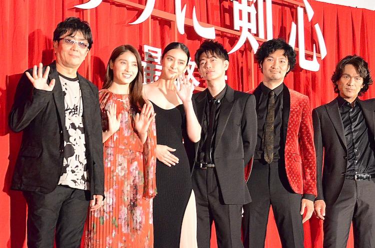 左から大友啓史監督、土屋太鳳、武井咲、佐藤健、青木崇高、江口洋介。
