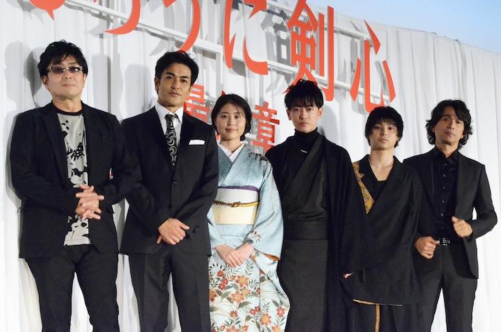 左から大友啓史監督、北村一輝、有村架純、佐藤健、村上虹郎、江口洋介。