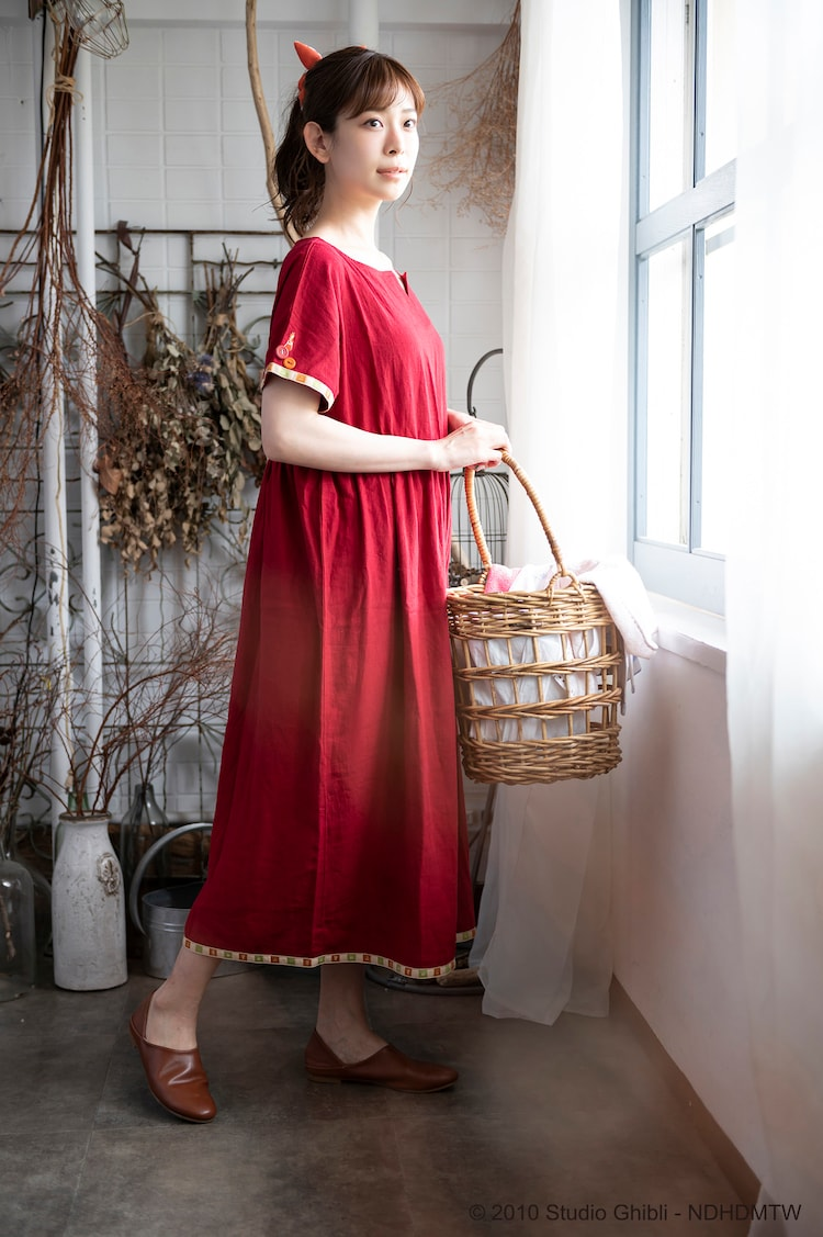「Donguri Closet 限定 借りぐらしのアリエッティ リラックスウェア 花咲くお庭のワンピース」の着用イメージ。