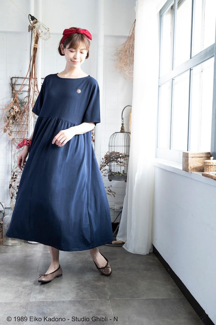 「Donguri Closet 限定 魔女の宅急便 リラックスウェア 魔女のワンピース ロング」の着用イメージ。