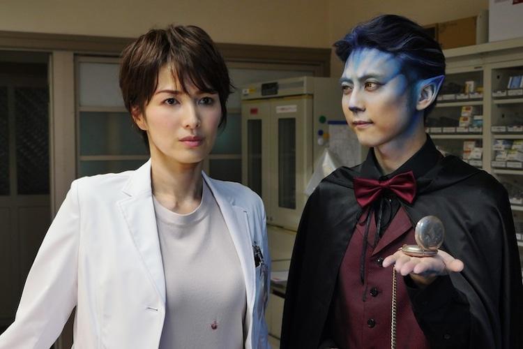 「あと15秒で死ぬ」より、吉瀬美智子演じる三上恵(左)、梶裕貴演じる死神(右)。