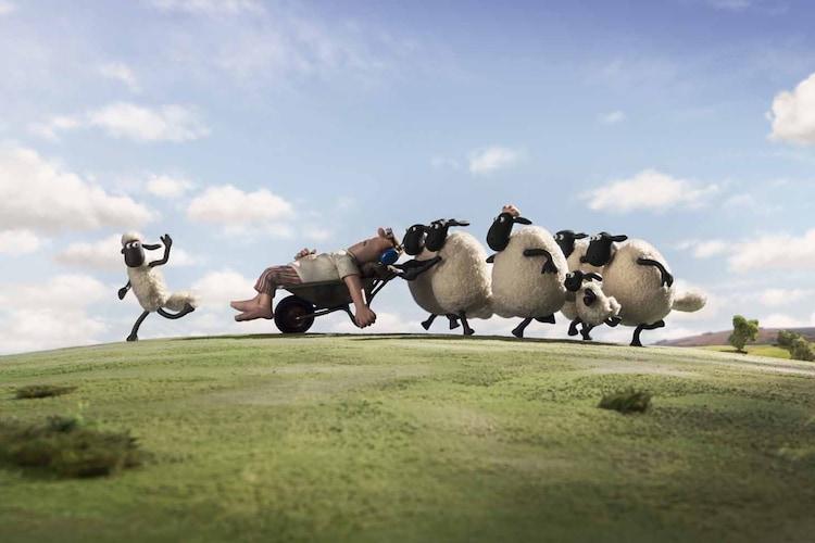眠っている牧場主にいたずらをするショーンと仲間たち。(c) 2014 Aardman Animations Limited and Studiocanal S.A.