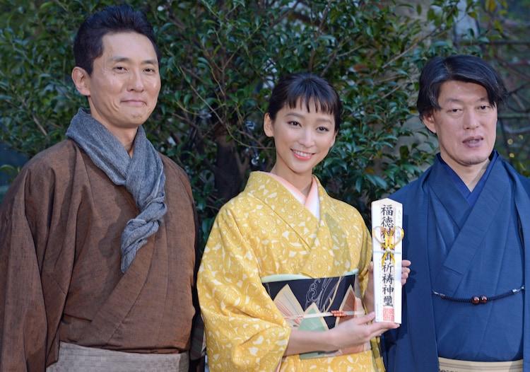 北斎ゆかりの地、日本橋で行われたヒット祈願イベントの様子。左から松重豊、杏、原恵一監督。