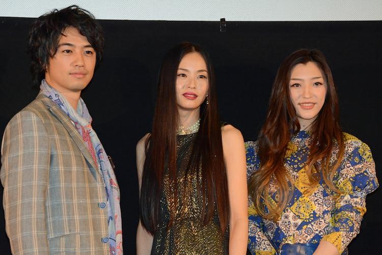 左から、斎藤工、しいなえいひ、三田真央。