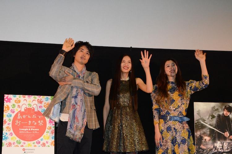 左から、脇を隠して女性らしさを醸し出す斎藤工、しいなえいひ、三田真央。