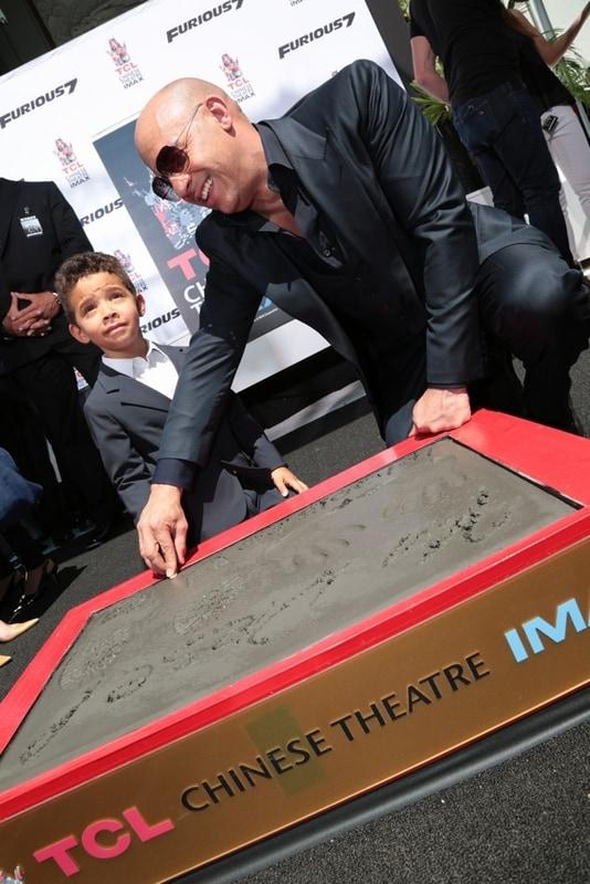 息子のヴィンセントくんの指形を一緒にかたどる。(c)2014 Universal Pictures